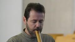 Shen Ribeiro durante apresentação de shakuhachi. Foto: Marcos Santos/USP Imagens