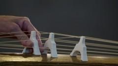 Tomoko Abe ajusta os trastes do koto durante o recital de música japonesa. foto: Marcos Santos/USP Imagens