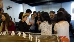 Público experimenta tocar o koto durante recital-palestra de Música Tradicional Japonesa de Tomoko Abe. Foto: Marcos Santos/USP Imagens