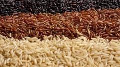 Grãos de arroz integral vermelho, preto e branco