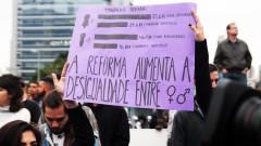 """Cartaz """"A reforma aumenta a desigualdade entre homem / mulher""""  greve geral 2017 – George Campos / USP Imagens"""