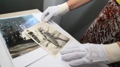Funcionária do CAC manipula fotos de antigas peças teatrais. Foto: Marcos Santos/USP Imagens