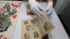 Funcionária manipula antigo material de divulgação do teatro. Foto: Marcos Santos/USP Imagens