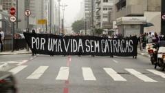 Manifestantes exibem faixa na Avenida Paulista. Foto: Marcos Santos/USP Imagens