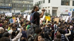 Cinegrafista acompanha a movimentação dos manifestantes na Avenida Paulista. Foto: Marcos Santos/USP Imagens