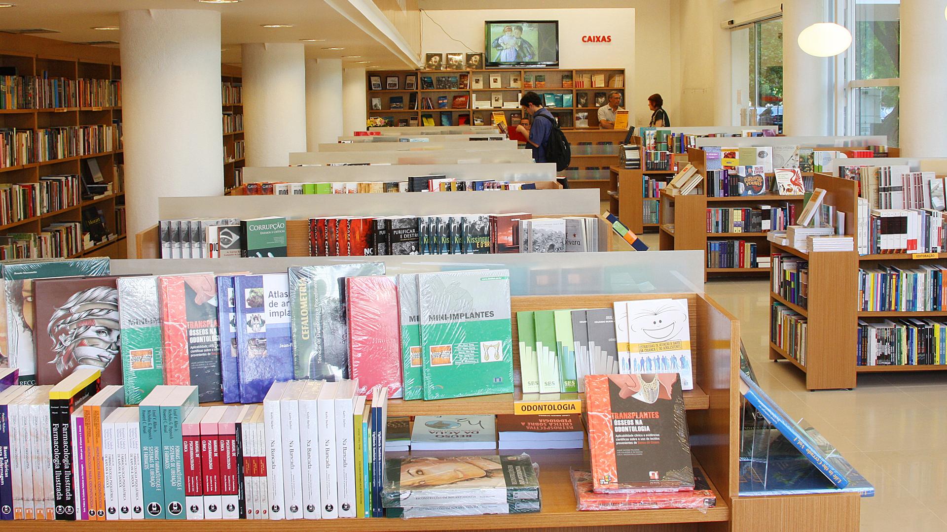 Livros em perspectiva nas estantes da antiga livraria João Alexandre  #703F22 1920x1080