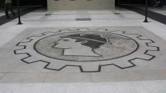 Detalhe do piso com o símbolo na entrada da Faculdade de Economia, Administração e Contabilidade da Universidade de São Paulo (FEA - USP), na Cidade Universitária em São Paulo. Foto: Marcos Santos.