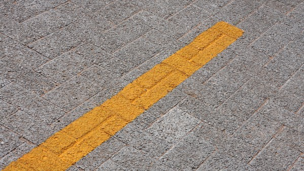 A pavimentação (concreto poroso e asfalto poroso) desenvolvida pela pesquisa da Escola Politécnica (Poli) da USP é capaz de absorver com facilidade e rapidez a água da chuva e pode ajudar a reduzir os impactos das enchentes. Foto: Marcos Santos.