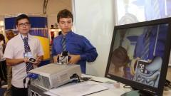 Detalhe de alunos expositores Gabriel Souza e Paulo Caetano apresentando projeto sobre realidade aumentada na 8ª Feira Brasileira de Ciências e Engenharia (Febrace 2010), realizada anualmente no campus da Cidade Universitária (Butantã), em São Paulo. Foto: Marcos Santos/USP Imagens