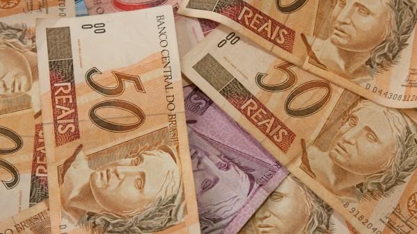 Várias cédulas de R$ 50,00 (cincquenta reais) sobre uma cédula de R$ 5,00 (cinco reais). Foto: Marcos Santos.