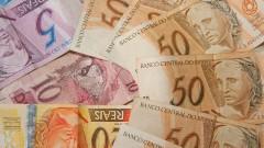 Leque de cédulas de R$ 50,00 (cinquenta reais) sobre cédulas de outros valores. Foto: Marcos Santos / USP Imagens
