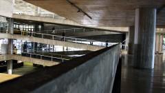 Parapeito à beira do grande vão central do prédio da Faculdade de Arquitetura e Urbanismo da Universidade de São Paulo (FAU - USP), concluído em 1969 na Cidade Universitária, São Paulo. Foto: Marcos Santos.