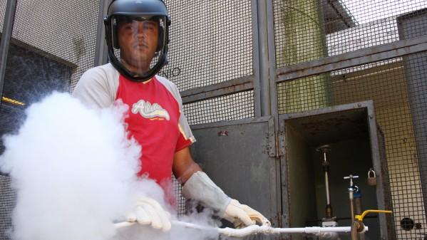 Trabalhador usando equipamentos de proteção individual para proteger as mãos e o rosto. Foto: Marcos Santos.