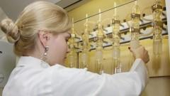 Estagiária manuseia equipamentos do Laboratorio de Química e Bioquímica de Alimentos
