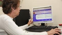 Professora mostra o site Braille Virtual.