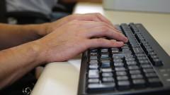 Mãos sobre teclado.
