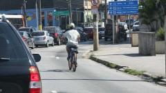Ciclista próximo à Praça Panamericana.