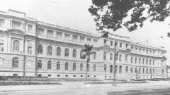 Instituto de Educação Caetano de Campos (Escola da Praça). A partir de 1938 os cursos de Letras, Filosofia, Geografia, História, Ciências Sociais e Pedagogia da FFCL-USP passaram a ocupar o 3.o andar deste instituto. Data: 1943.