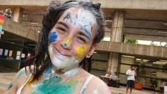 Detalhe de caloura com rosto pintado no primeiro dia de matrícula na Faculdade de Arquitetura e Urbanismo (FAU). Foto: Marcos Santos/USP Imagens