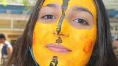 Caloura com rosto pintado de amarelo durante a integração realizada pelos veteranos, no primeiro dia de matrículas na Faculdade de Economia, Administração e Contabilidade (FEA). Foto: Marcos Santos/USP Imagens