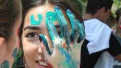 Veterana pinta o rosto de caloura durante o primeiro dia de matrículas na Faculdade de Economia, Administração e Contabilidade (FEA). Foto: Marcos Santos/USP Imagens
