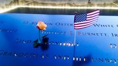 Bandeira Americana com uma flor em monumento 11/9 World Trade Center -  Estados Unidos, Nova York – George Campos / USP Imagens