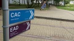 Detalhe das placas de identificação e orientação dos departamentos da Escola de Comunicações e Artes (ECA). Foto: Marcos Santos / USP Imagens