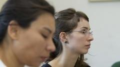 Tatiana Melitello em primeiro plano e Carolina De Nadai em segundo plano no Laboratório de Dramaturgia do Corpo (LadCor) da Escola de Comunicações e Artes (ECA). Foto: Marcos Santos / USP Imagens