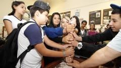 Estudantes colocam as mãos em termômetro no Museu do Parque Cientec. Foto: Marcos Santos/USP Imagens