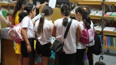 Estudantes na 23ª Bienal Internacional do Livro de São Paulo. Foto: Marcos Santos/USP Imagens