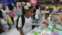 Estudante de escola pública observa livros na 23ª Bienal Internacional do Livro de São Paulo que ocorreu entre 22 e 31 de Agosto de 2014 no Anhembi. Foto: Marcos Santos / USP Imagens