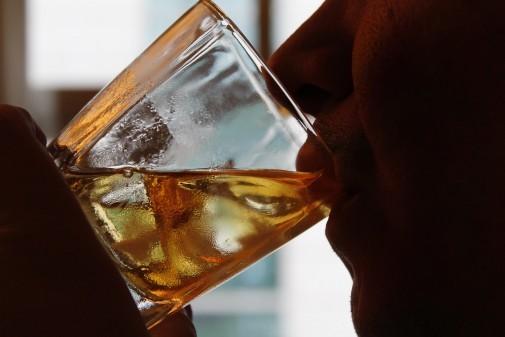 Pessoa bebendo um copo de uísque. Foto:Marcos Santos/USP Imagens