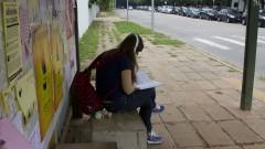 Estudante no ponto de ônibus. Foto: Marcos Santos/USP Imagens