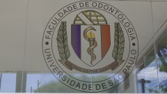 Brasão na entrada principal do prédio da Faculdade de odontologia. Foto: Marcos Santos/USP Imagens