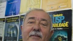 Detalhe do Professor Dr. Gilberto de Andrade Martins em frente a mural com vários cartazes de eventos realizados pelo Observatório. Ele é um dos coordenadores do Observatório USP de Educação e Pesquisa Contábil. Foto: Marcos Santos / USP Imagens