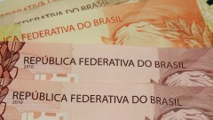 Detalhe de cédulas de R$ 10,00 (dez reais) e R$ 20,00 (vinte reais). Foto: Marcos Santos / USP Imagens