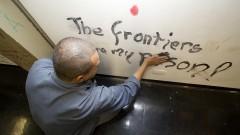 Começa a reforma do Prédio da Administração Central reintegrada dia 12 de novembro. Foto:  Funcionário lixa as paredes pichadas. Marcos Santos/USP Imagens