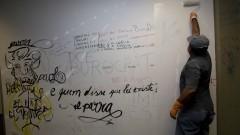 Funcionário pinta as paredes pichadas após a ocupação.  Foto: Marcos Santos/USP Imagens