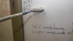 Funcionários pintam as paredes sujas após a reintegração ocorrida dia 12 de novembro. Foto: Marcos Santos/USP Imagens