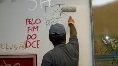 Começa a reforma do prédio da Administração Central. Funcionários pintam as paredes pichadas. Foto: Marcos Santos/USP Imagens