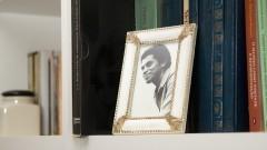 Foto do cantor e compositor Paulinho da Viola no apartamento da cantora Eliete Negreiros. Foto: Marcos Santos/USP Imagens