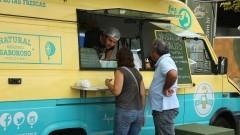 Detalhe de clientes em Food Truck estacionado em Praça Gastronômica na Praça do Relógio. Foto: Marcos Santos/USP Imagens