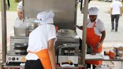 Detalhe de funcionárias de Food Truck preparando lanches. Foto: Marcos Santos/USP Imagens