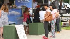 Público prestigia a Praça Gastronômica na Praça do Relógio. Sistema de alimentação por Food Truck – comida de rua preparada e servida em furgões. Foto: Marcos Santos/USP Imagens