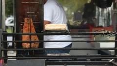 Detalhe de alimentos sendo servidos em Food Truck estacionado em Praça Gastronômica na Praça do Relógio. Foto: Marcos Santos/USP Imagens