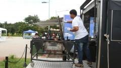 Detalhe de funcionário de Food Truck estacionado em Praça Gastronômica na Praça do Relógio. Foto: Marcos Santos/USP Imagens