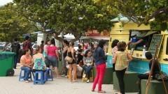Público prestigiando a Praça Gastronômica na Praça do Relógio. Sistema de alimentação por Food Truck – comida de rua preparada e servida em furgões. Foto: Marcos Santos/USP Imagens