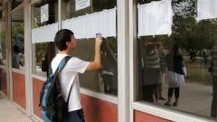 Candidatos procuram os nomes nas listas antes do início das provas. Foto:Marcos Santos/USP Imagens