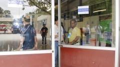 Monitores da FUVEST fecham os portões. Foto: Marcos Santos/USP Imagens