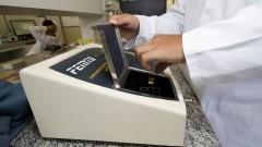 Aparelho de laboratório fornece a concentração de substâncias a partir de sua coloração. Foto: Marcos Santos/USP Imagens
